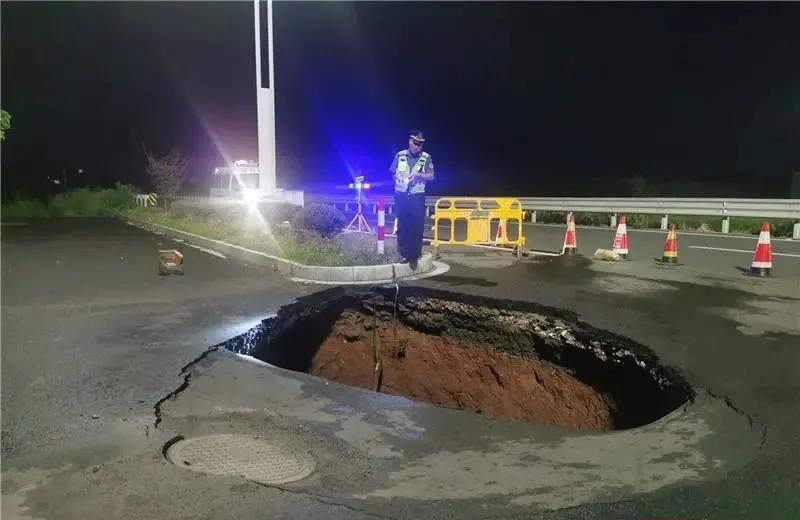 """嵊州这条国道昨晚路面塌陷,现10余平米""""大洞""""!"""