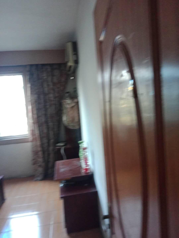 A09112出租城北天星里3楼,84平方,3室1厅1厨1卫1阳台,大理石木地板装修,有1车棚,停车方便,家电家具全,拎包入住,15000元/年的实拍照片
