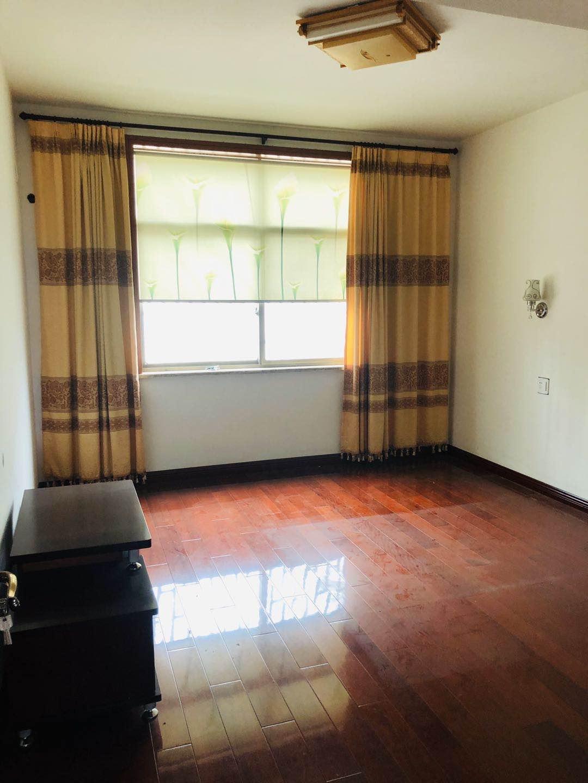 A09134出售甘霖派出所对面,4楼125平方三室二厅加阁楼(60平方,地砖铺过,有卫生间)精装修,价格48万(无产证)的实拍照片