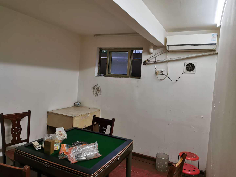 A09151出租城东金湾国际朝北旺铺,52平方,楼上有2间包箱,面积没算在内,精装修,空调,电扇,都有,曾开过饭店,租金3.8万