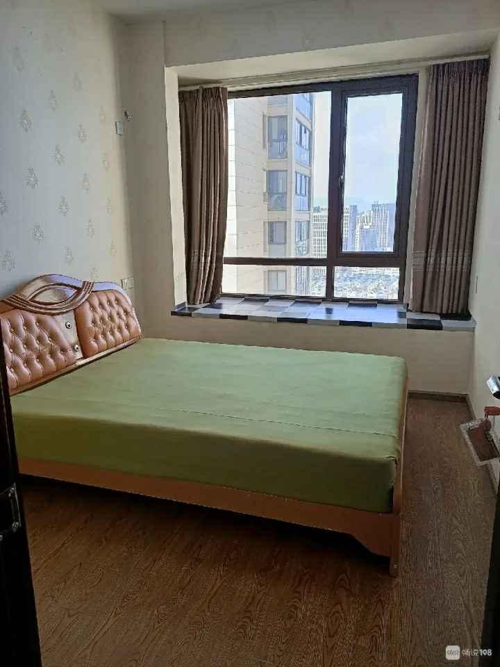 简单装修,有空调一只,2张床,抛光砖木地板的实拍照片