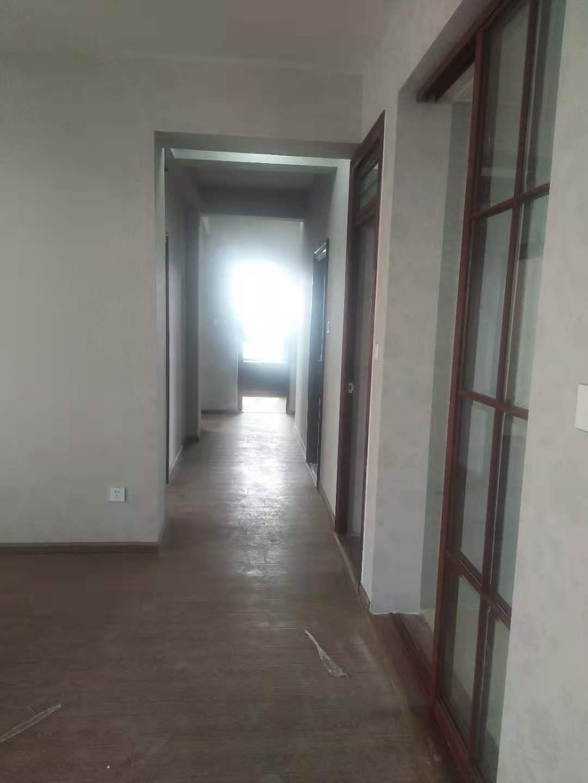 A11187出租城南君悦新天地套房21/32楼,140多平方,3室2厅1厨1卫,简单装修,房间没家电,2500元一月包物业的实拍照片