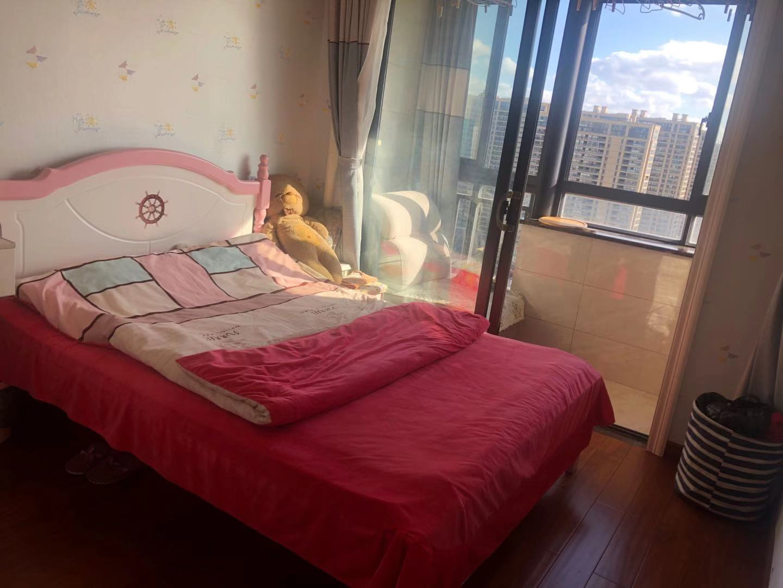 A11186出售城东和悦电梯房25楼,89平方,赠送25平方,3室2厅2卫,采光极佳,精装修,带车位一个,售价112万的实拍照片