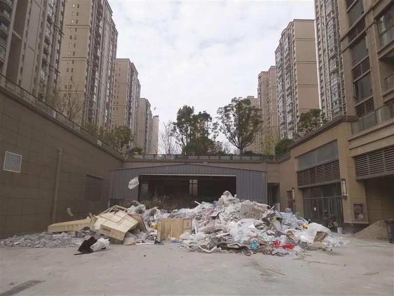 这个小区的消防通道成建筑垃圾堆场,岂有此理!
