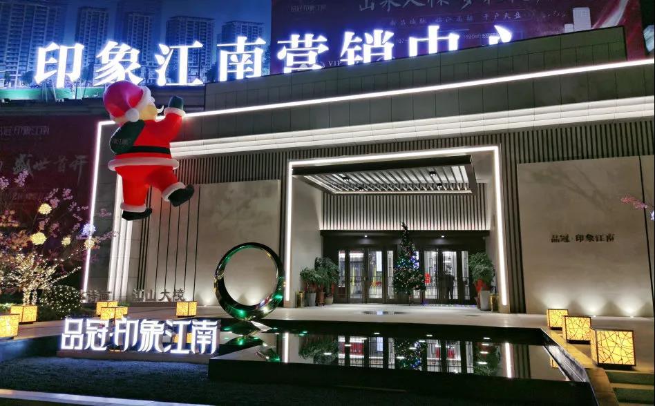"""@所有人,超6米巨型""""爬墙""""圣诞老人见过没?这个圣诞来这里打卡!"""