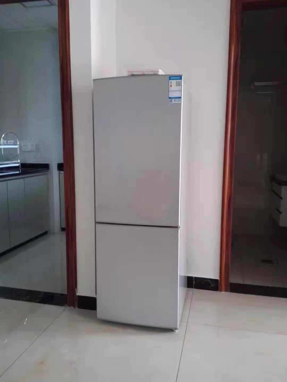 A12291出租城东玉兰花园60方,一室二厅一卫,阳光很好,家电齐全,有热水器空调冰箱,有超大阳台有厨房,家具沙发都有,租金1900元一月,有需要的联系的实拍照片