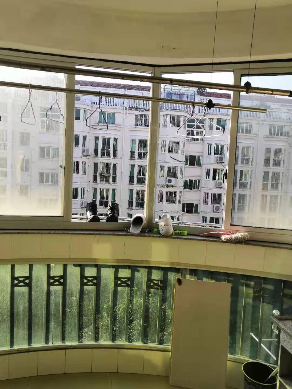 B01071出租盛都花苑东区三楼,117平方,3室2厅2卫,精装修,有宽带天然气,租金2500元的实拍照片