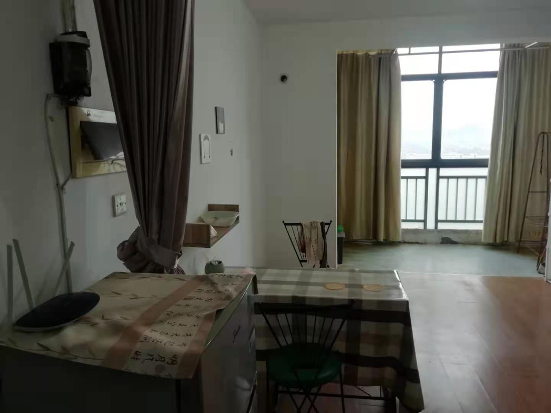 B01112出售金湾国际单身公寓18楼,50平方,简装修,随时可报名读书,学区常青滕幼儿园,双塔小学,剡城中学,售价47万.的实拍照片