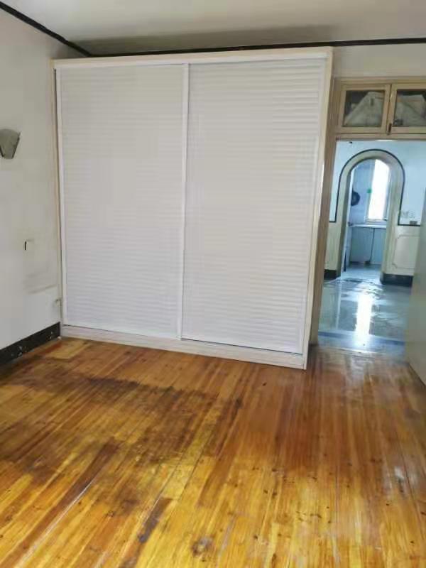 B01304出租月照里房子2楼,95平方,车棚2个,3室1厅1卫1厨,2个大房间配有衣柜,1个小房间配有书柜;客厅有木沙发一套;厨房配有煤气灶油烟机,卫生间设施齐全;租金每月1300,诚心面谈的实拍照片