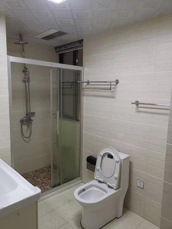 B02053出租城东玉兰花园25/30楼,130平方,3室2厅2卫,精装修,租金3000元一月,看房方便有钥匙的实拍照片
