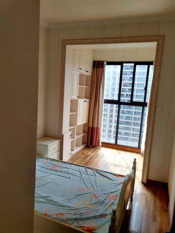 B02224出租玉兰花园13楼,2室2厅1卫,精装修,中央空调,2500元一月,不包物业的实拍照片