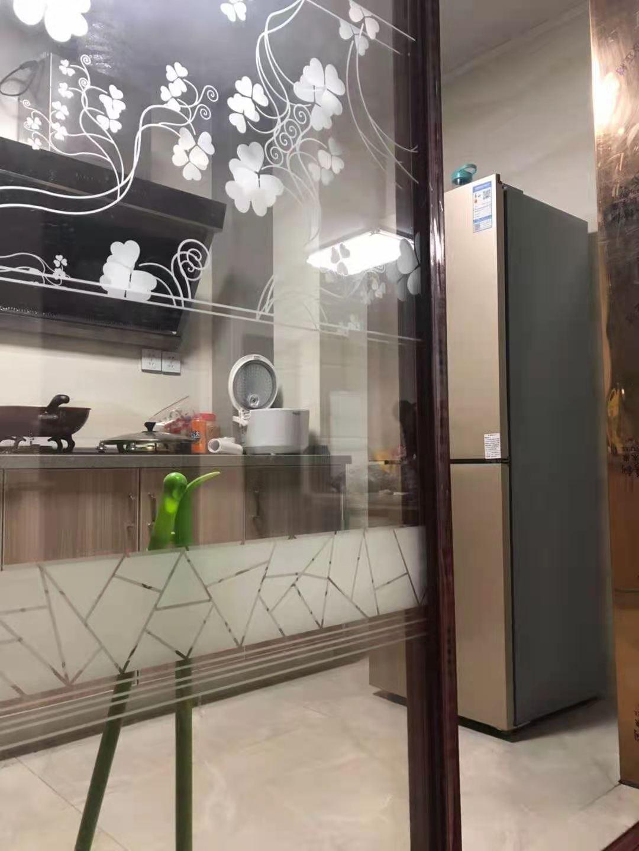 B02221出租君悦新天地17/32楼,140方,三室二厅一厨二卫双阳台,精装修,包物业带车位3000元/月的实拍照片