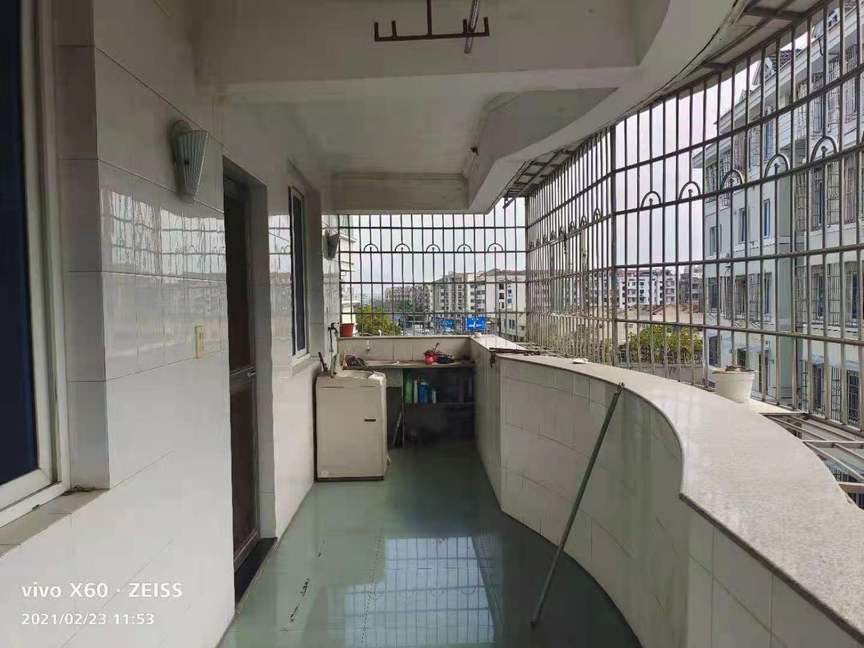 B02231出售国公花苑东边套4/6楼,100平方,3室2厅中档装修,双阳台,可拎包入住,83.8万,有车库28平方,位置好另计的实拍照片