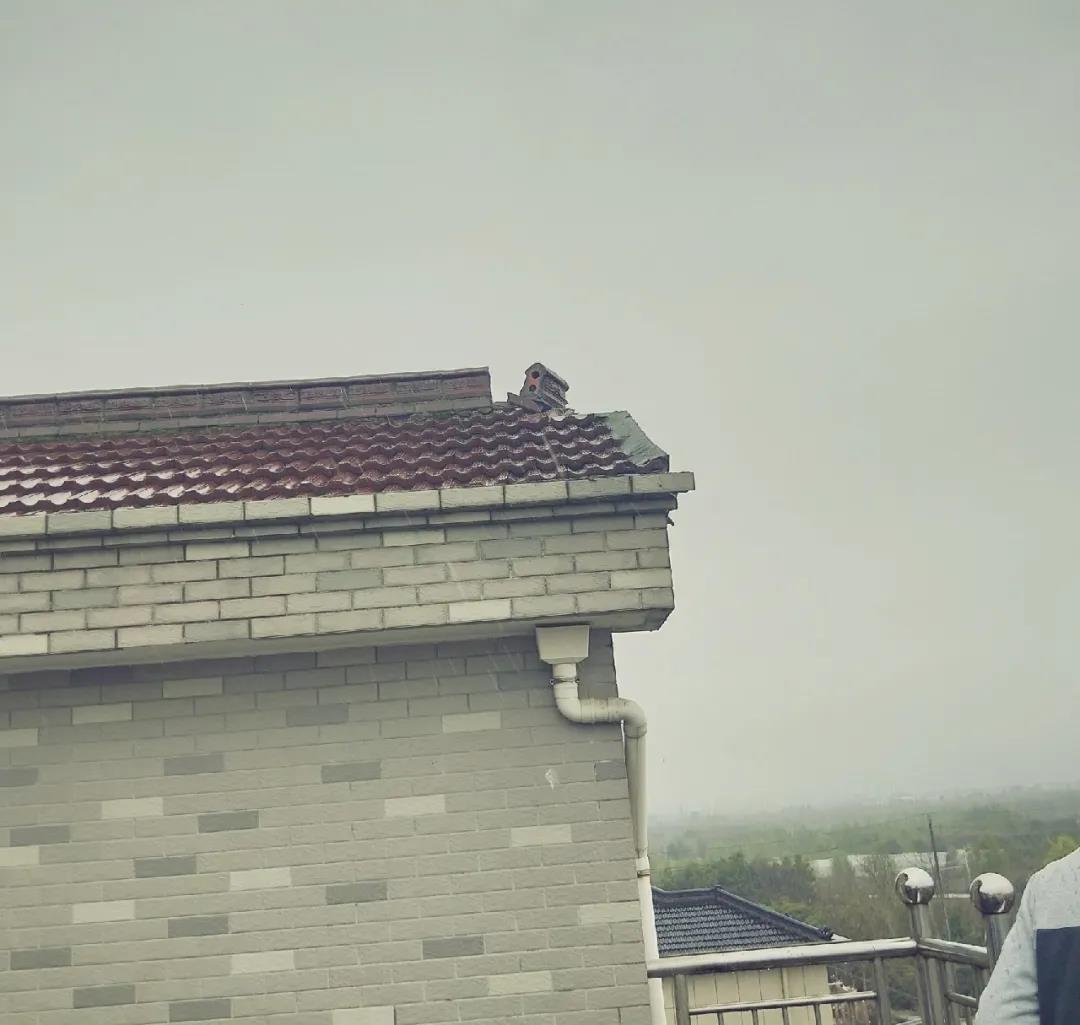 惊险!今天早上发生巨响,一房屋遭遇雷击,瓦片散落一地