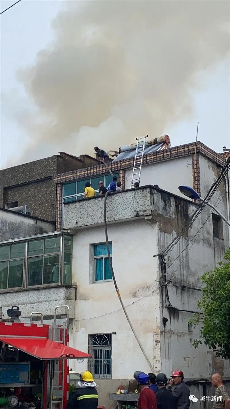 突发!长乐一民房起火,屋顶一片火光