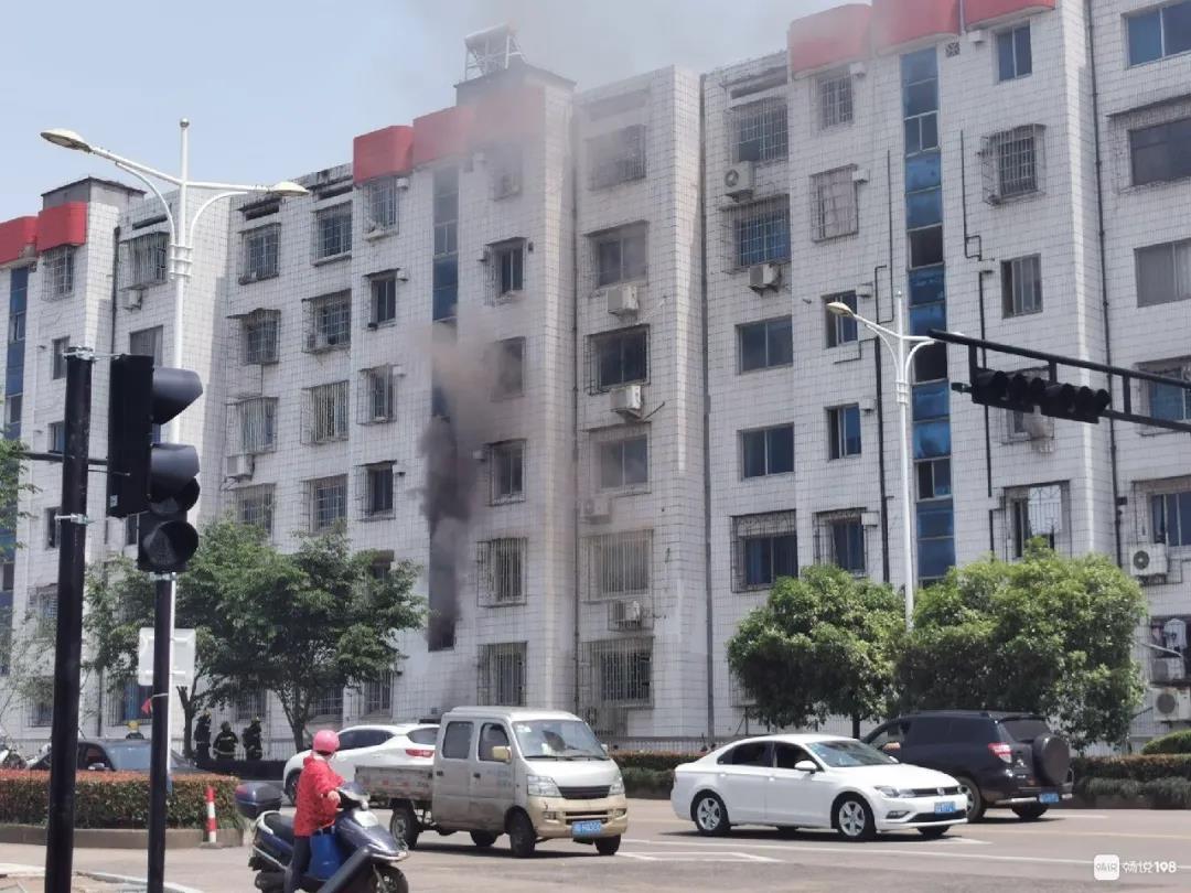 南桥头广厦旁边居民楼起火,现场浓烟滚滚!消防车紧急赶到