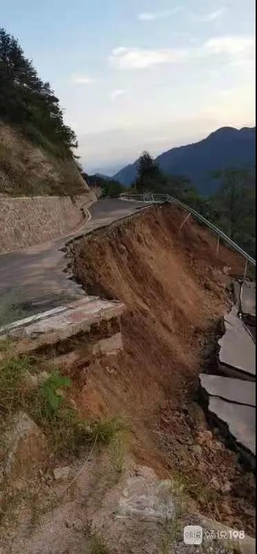 危险!这一道路突然垮塌!来往村民只能沿山面步行通过
