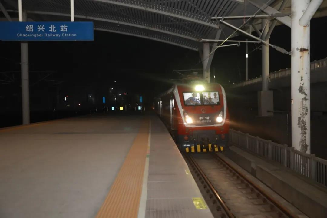 """抢先看!这辆""""和谐号""""试验列车驶过嵊州新昌站!"""